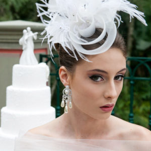 Casquetes e Fascinators com glamour